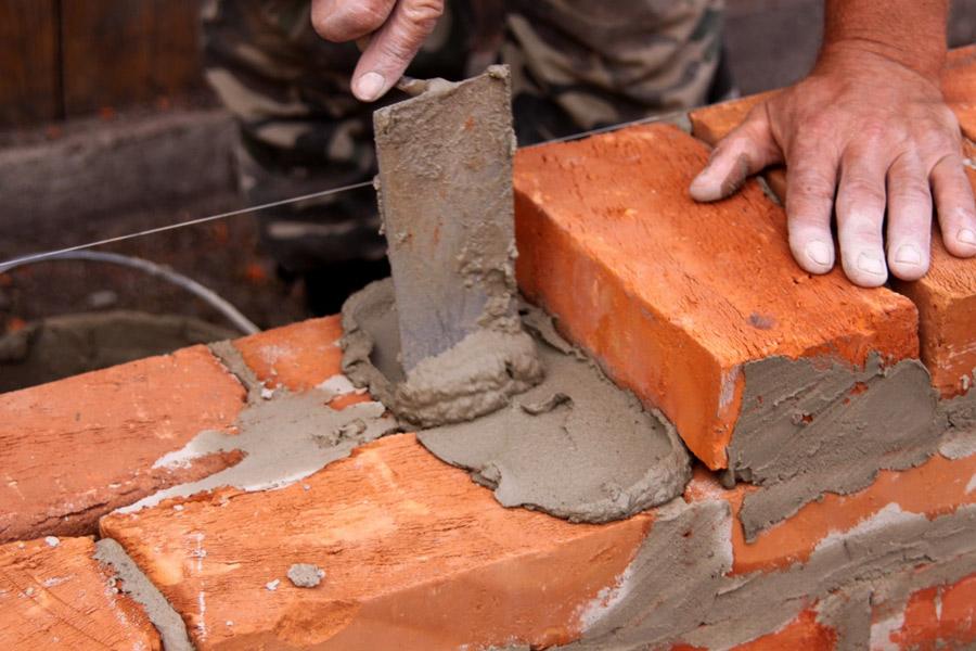 obra-assentando-tijolo