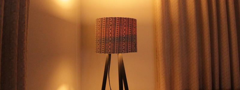 diy-luminaria-retro-com-cabos-de-vassoura-luminaria-como-fazer