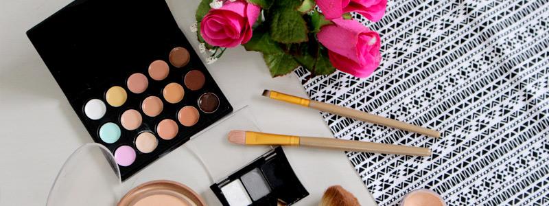 maquiagem-na-mesa-set-de-maquiagem-foto-de-make